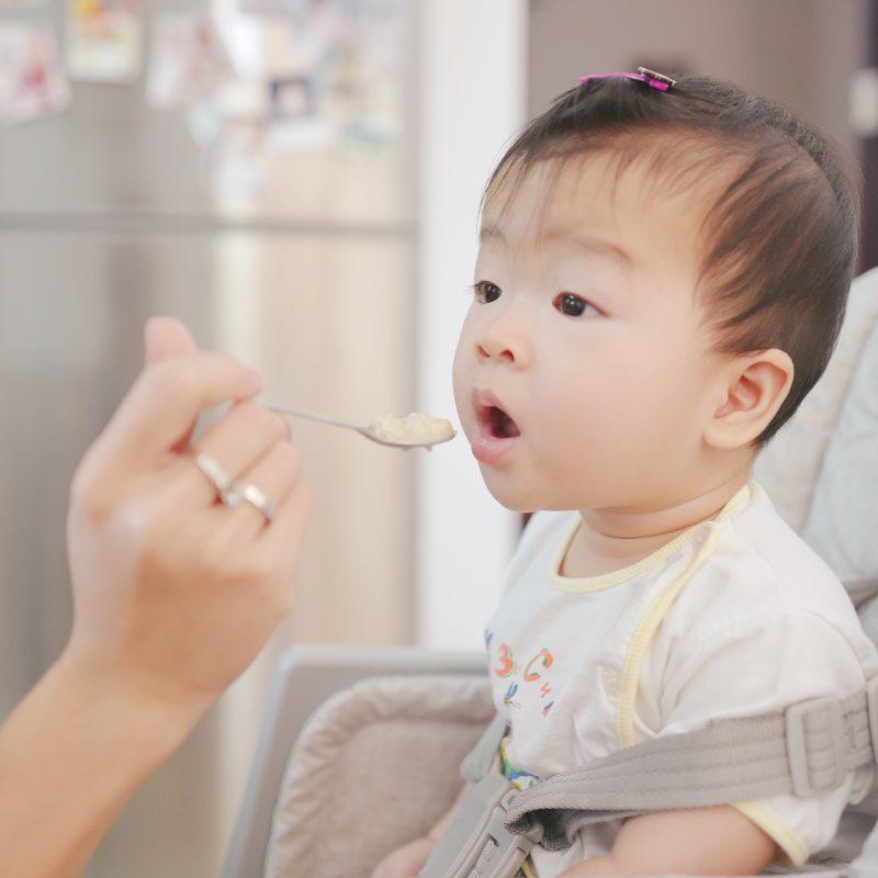 A introdução alimentar é um momento importante da relação entre a mãe de primeira viagem e seu filho.
