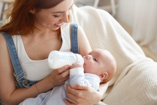 Dica para a mãe de primeira viagem: cuidados alimentares com o seu bebê.
