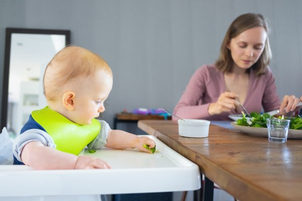Mãe monitorando bebê durante método BLW.