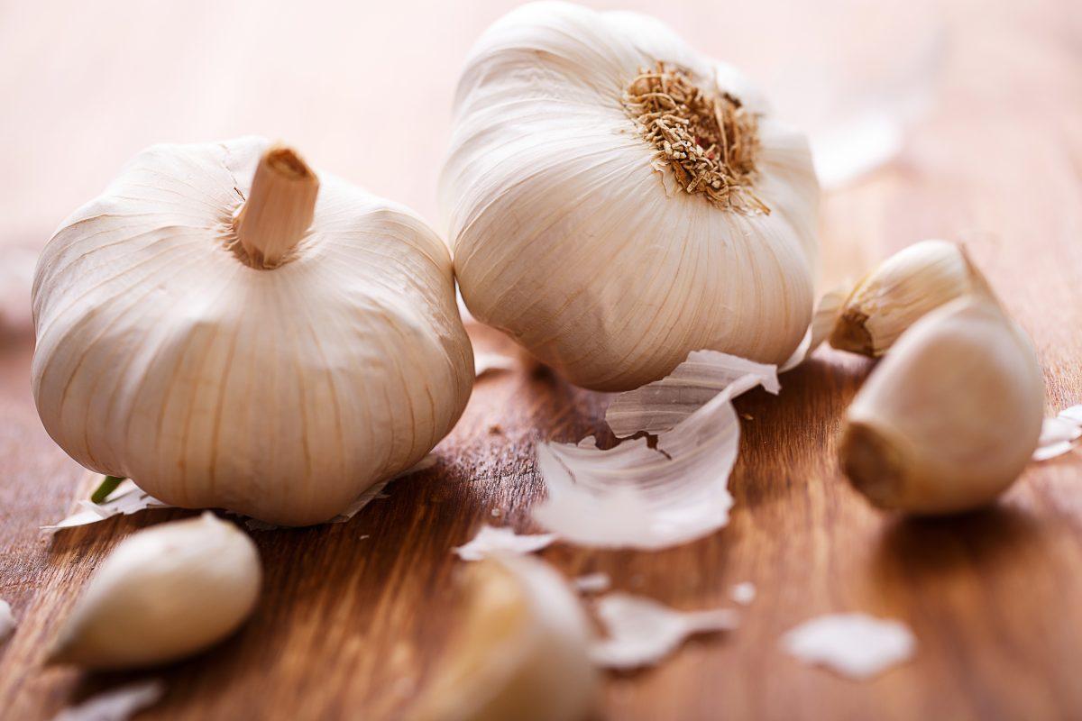 Alhos se destacam como alimentos que aumentam a imunidade por suas ações antiinflamatórias e antiinfecciosas.