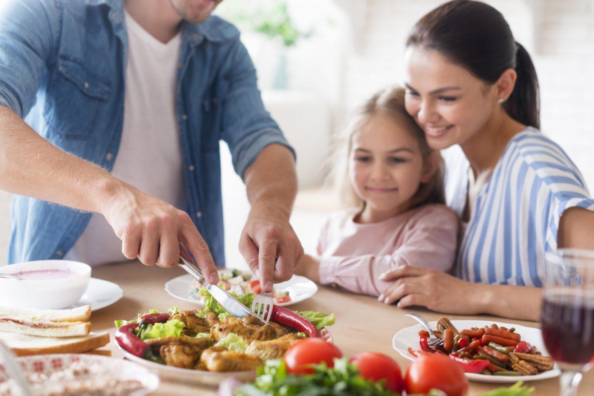 Entenda as principais causas e sintomas da desnutrição infantil.