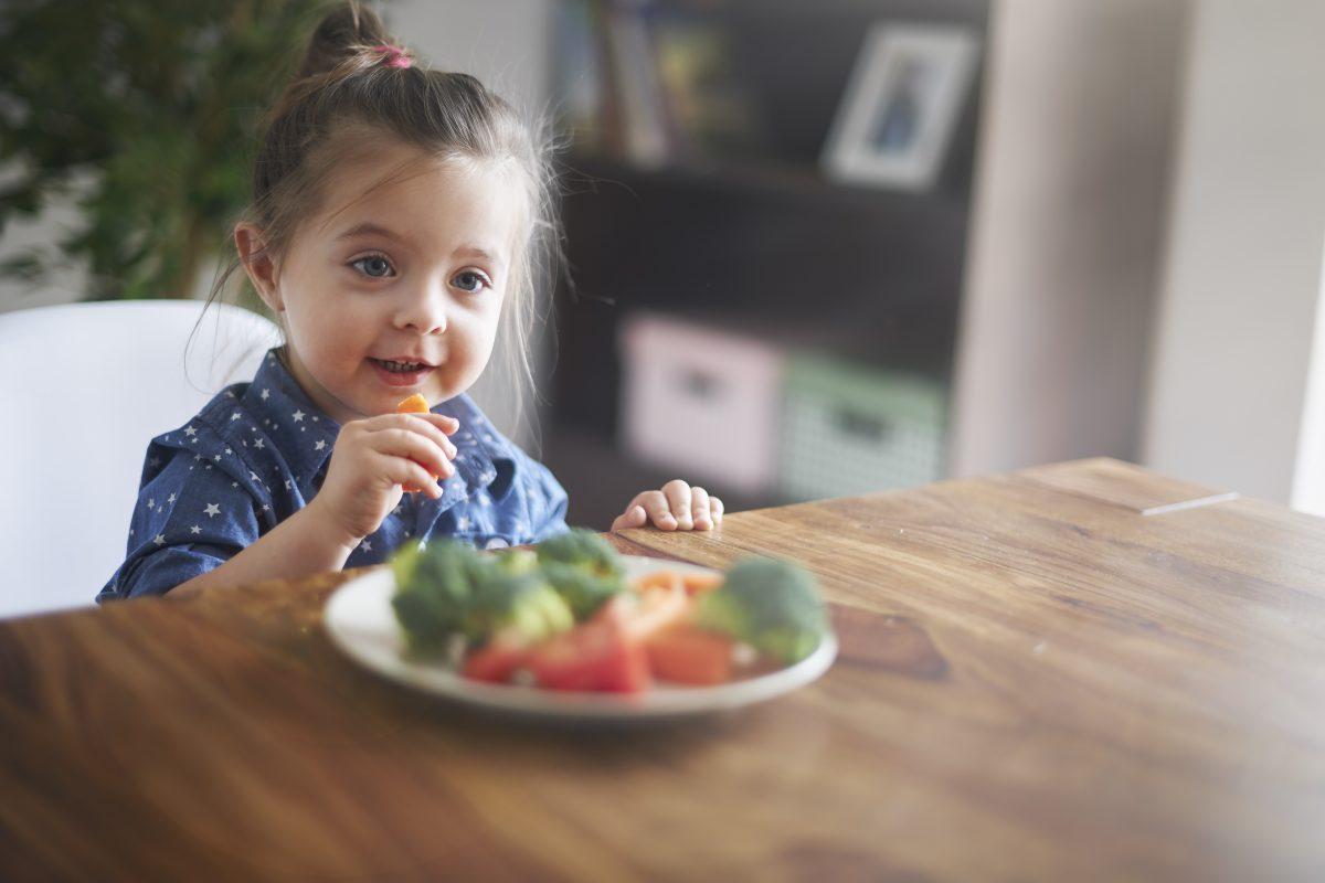 O tratamento para desnutrição infantil envolve melhores hábitos alimentares.