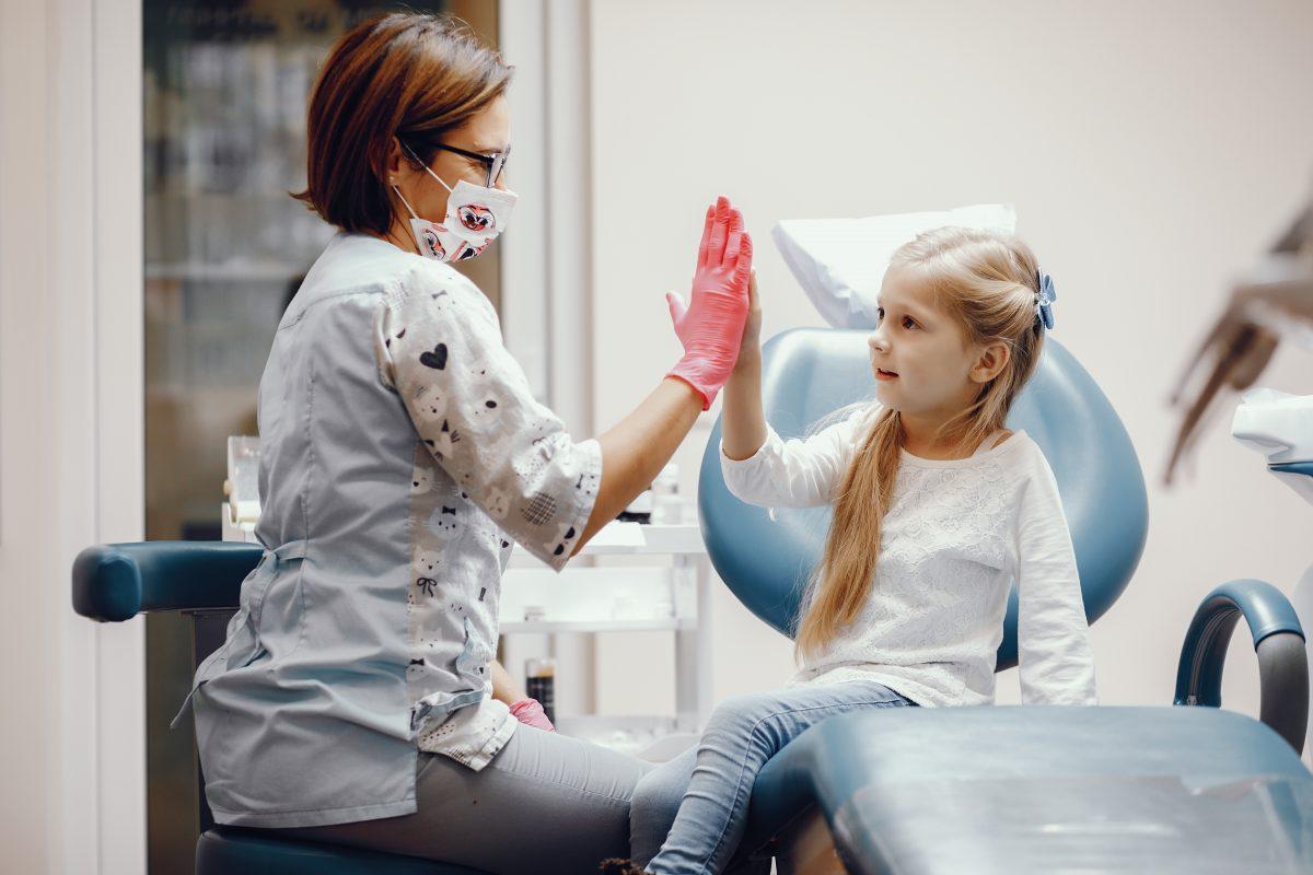 Você sabe a partir de quando deve levar seu filho no dentista?